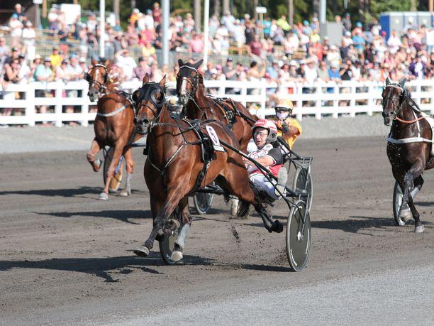 Next Directionin uran suurin voitto on viime vuoden St Michelistä, jossa se juoksi absoluuttisen Suomen ennätyksen 1.08,9a. Iikka Nurmonen on ruunan hovikuski.