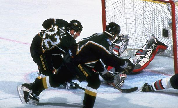Brett Hull (22) iski 1999 Stanley Cupin loppuotteluissa kiekon Buffalo Sabresin Dominik Hasekin ohi maaliin. Hullin luistin oli maalivahdin alueella, ja monien mielestä osuma olisi pitänyt hylätä.