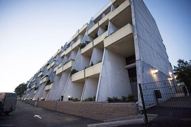Surma-asunto sijaitsee 1960-70-lukujen vaihteessa rakennetussa kuusikerroksisessa talossa Helsingin Vuosaaressa.