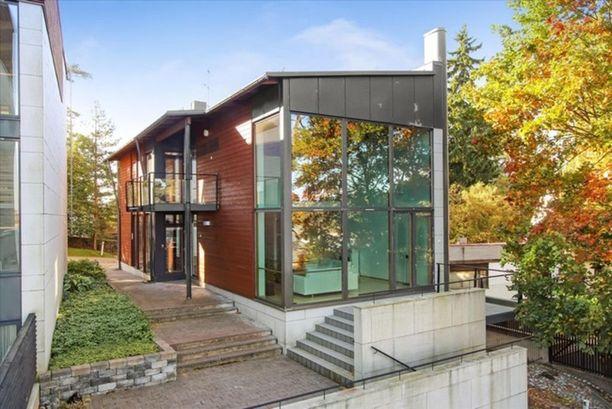 Talo sijaitsee Kulosaaren rantakallioiden laella. Talo on arkkitehti Kirsti Sivenin suunnittelema, ja siinä on asuintilaa 210 neliötä.
