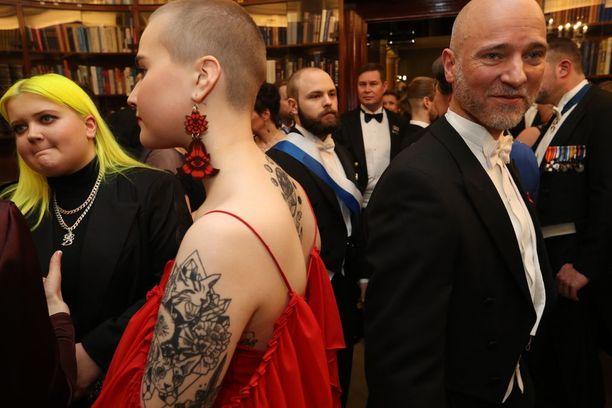 Tubettaja Mansikka eli Maiju Voutilaiset huomiota herättävät korvikset sopivat täydellisesti iltapuvun väriin ja tyyliin. Naruolkaiminen puku paljasti myös hienosti tatuoinnit.