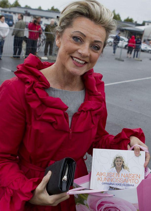 Kike Elomaa antoi Victorialle kirjan.