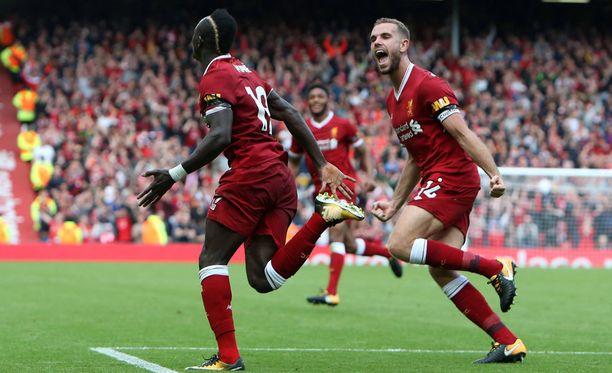 Sadio Mané ja Jordan Henderson juhlivat Liverpoolin voittomaalia.