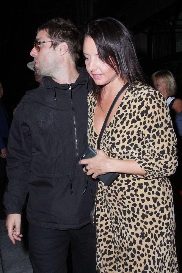 Liam Gallagher ja Debbie Gwyther 8. elokuuta matkalla yökerhoon, jossa laajasti kohahduttanut välikohtaus sattui.