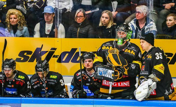 Veini Vehviläinen vaihtui Jussi Rynnäkseen 0-3-maalin jälkeen.