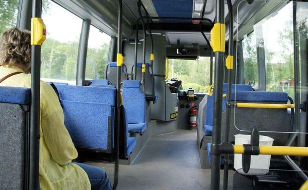 Bussissa istunut nainen seurasi tilanteen kehittymistä ja kehotti tyttöä tulemaan hänen viereensä. Kuvituskuva.