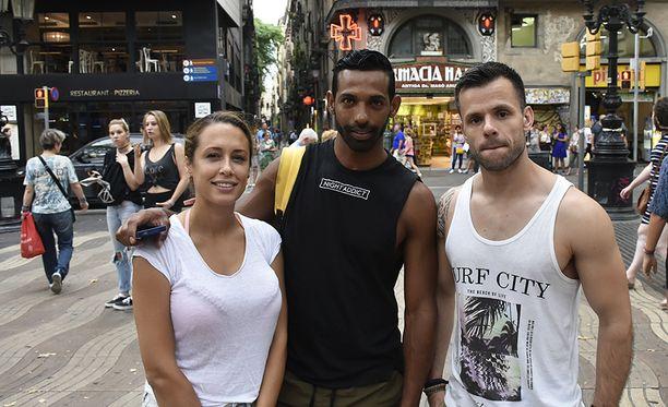 Hugo Zamith (oik.) ystävineen yritti jatkaa Barcelonan-reissuaan tavallisesti, mutta tunnelmat olivat synkät.