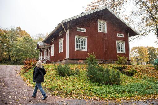 Päivi Storgård muutti tähän Strömforsin ruukin alueella sijaitsevaan taloon kirjoittaakseen romaanin. Vain kuukausien asumisen jälkeen hän rakastui ja tavarat kannettiin parinsadan metrin päähän nykyiseen kotiin.