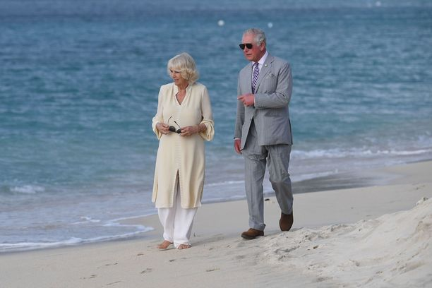 Camilla kastoi varpaat santaan. Charles ei.