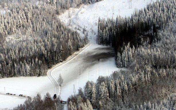 Hornetin putoamispaikka näkyi lumisessa maastossa selvästi heti putoamisen jälkeen.