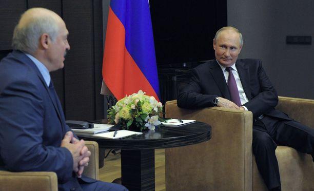 Venäjän presidentti Vladimir Putin (oik.) ja Valko-Venäjän presidentti Aljaksandr Lukašenka tapasivat Sotšissa Venäjällä.