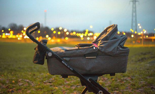 Äiti järkyttyi miehen sylkäistyä hänen vauvansa vaunuihin. Kuvituskuva.