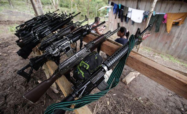 Kuvassa sissiliike Farcin aseita.