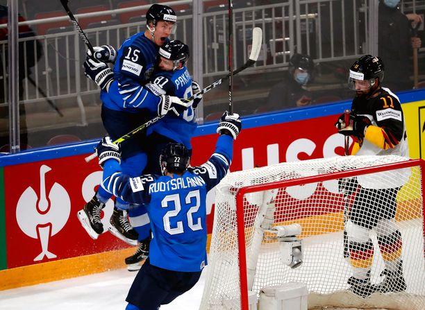 Anton Lundell (15) syötti ja Iiro Pakarinen (81) viimeisteli.