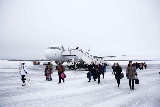 Ylen tietojen mukaan suorat lennot Ivaloon ja Kittilään alkaisivat vasta joulukuussa. Nyt Helsinki-Vantaalta lennetään Lappiin vain Rovaniemelle. Kuva Kittilästä vuonna 2017.