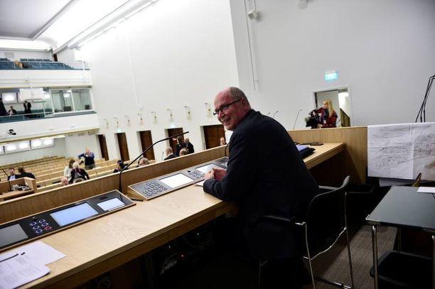 Eduskunnan puhemies Eero Heinäluoma (sd) kokeili torstaina ensimmäisen kerran miltä tuntuu istua uuden istuntosalin puhemiehen paikalla.