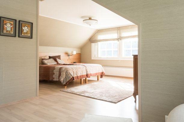 Makuuhuoneessa pesämäistä tunnelmaa tuo vinokatto. Iso ikkuna tuo kauniisti valoa tilaan.