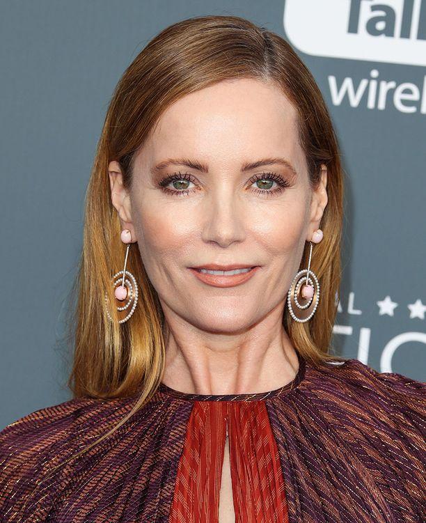 Leslie Mann nähtiin Critics' Choice -gaalassa maanläheisissä meikkisävyissä ja tuuheissa kulmakarvoissa.