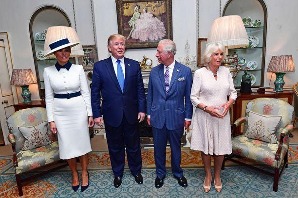 Melania Trump, Donald Trump, prinssi Charles ja herttuatar Camilla poseerasivat lehdistölle sievästi rivissä.