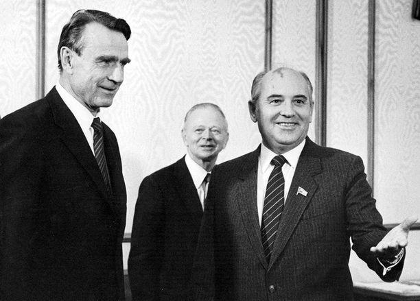 Neuvostoliiton Helsingin-suurlähetystö paheksui Mihail Gorbatšovia esittäviä puruleluja. Kuvassa Mauno Koivisto ja Gorbatšov aloittamassa neuvotteluja Kremlissä vuonna 1985.
