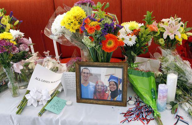 Hammaslääketieteellisen tiloihin oli perustettu kukkapöytä uhreille.