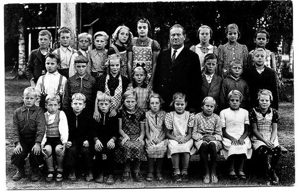 – Kansankoulun neljännellä luokalla. Opettajanamme oli Arvi Lehtinen, suuri boheemi, joka lauloi ja soitti hyvin eikä sylkenyt lasiin.