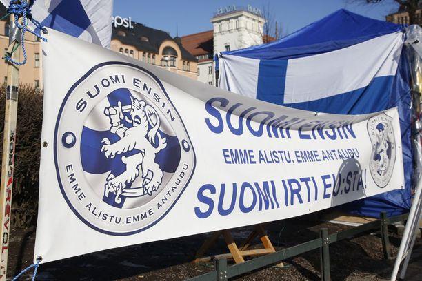 Käräjäoikeus katsoi poliisin syyllistyneen laittomaan uhkaukseen Helsingin Rautatientorilla Suomi ensin -leirillä käydyn riidan aikana.