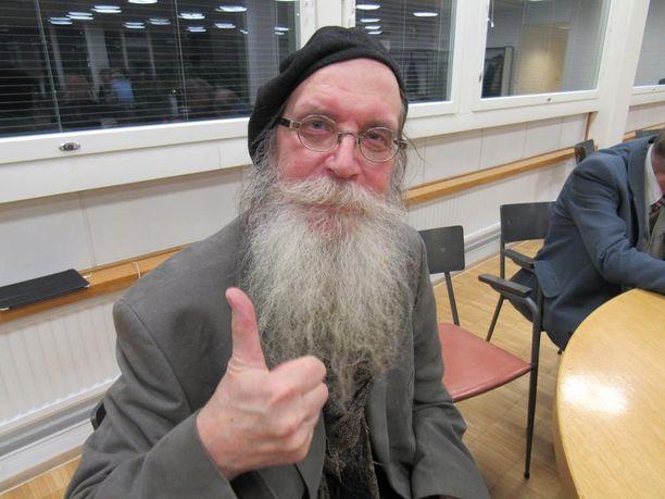 Veltto Virtanen (ps) vastustaa raitiotietä.
