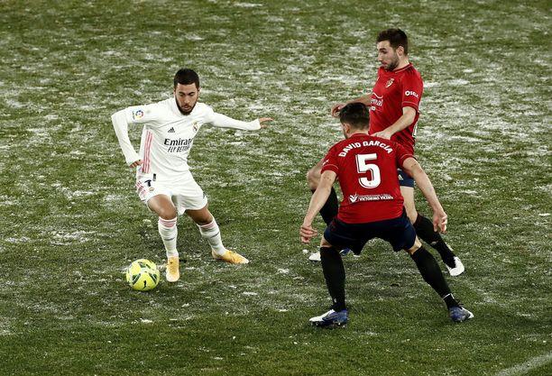Myös Osasunan kotikentällä Pamplonassa olosuhteet olivat talviset. Pallossa Real Madridin Eden Hazard.
