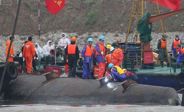 Pohja ylöspäin makaavan risteilyaluksen pelastustyöt jatkuvat edelleen Jangtse-joella.