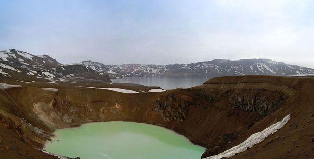 Tulivuoren kraaterissa sijaitsevan Viti-järven vesi haisee rikille. Se on kuitenkin uimakelpoista.