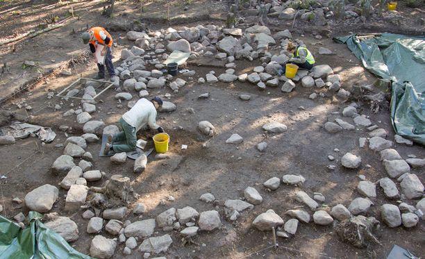 """Ristimäen kaivausten johtaja Juha Ruohonen kuvailee löytöä TS:n mukaan """"sensaatiomaiseksi"""". Kuva kaivauksista vuodelta 2014. Etualalla näkyy laajempi kirkkosali, takana kuori ja alttarin perustukset. Kirkon takana, kaivetun alueen ulkopuolella, oleva kivikasa on pelloilta vuosisatojen saatossa pois tuotuja kiviä."""