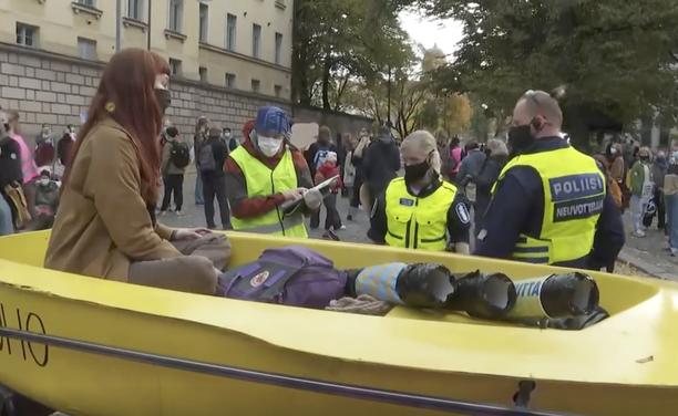 Helsingin poliisin käsityksen mukaan Elokapina-mielenosoitus edellytti 24 partion paikallaoloa.