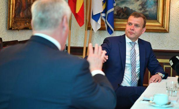 Antti Rinne ja Petteri Orpo väittelivät aamutuimaan politiikan toimittajan tilaisuudessa.