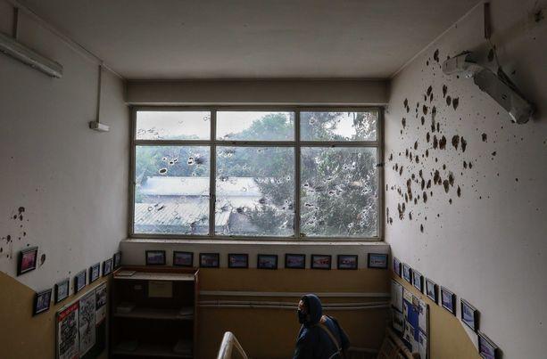 Seinissä ja ikkunassa oli luodinreikiä hyökkäyksen jäljiltä.