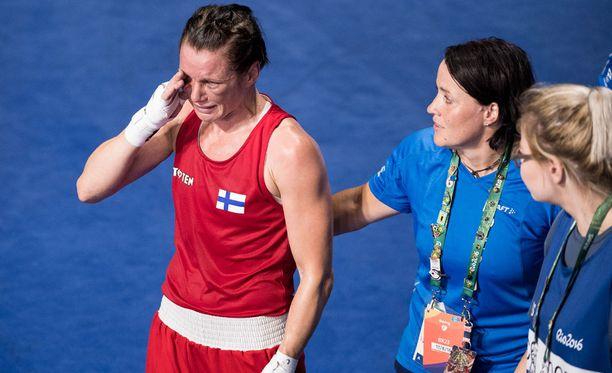 Maarit Teuronen lohdutti Mira Potkosta välierätappion jälkeen.