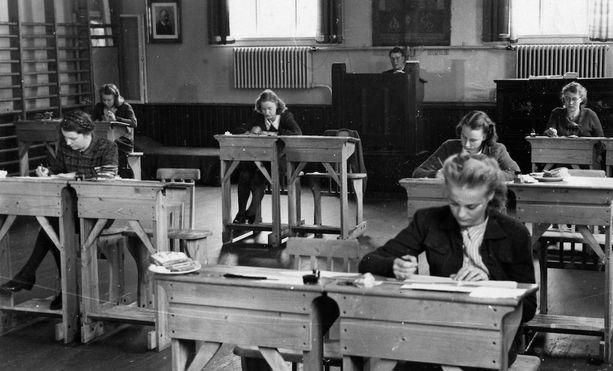 Oulunkylän yhteiskoulussa osallistui ylioppilaskirjoituksiin vain tyttöjä huhtikuussa 1944.