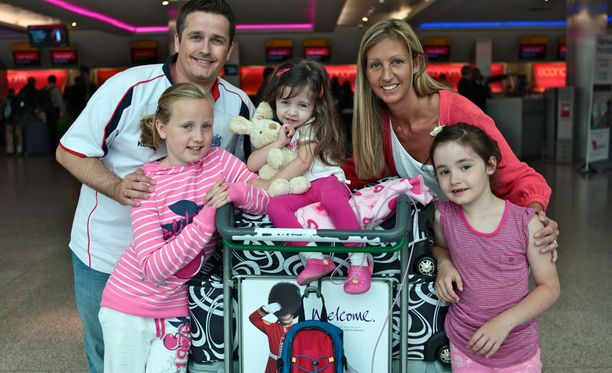 4-vuotias Amelie (kesk.) perheensä ympäröimänä. Vasemmalla Jon-isä ja Georgie-sisko, 11, oikealla Anne-äiti ja Abby-sisko, 7.