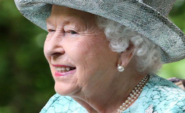 Kuningatar Elisabet huolehtii metsäpaloista. Grillauksen aika on myöhemmin.