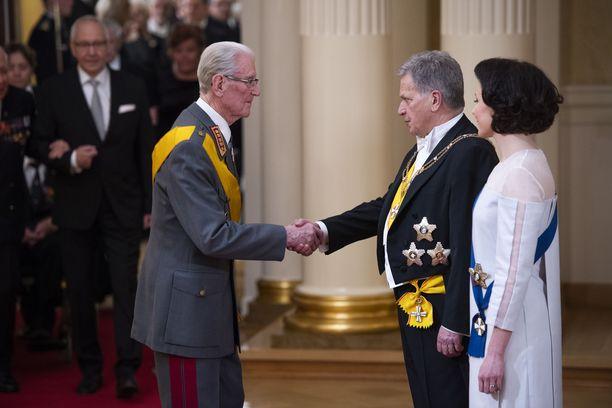 Veteraanikenraali Jaakko Valtanen tervehti lämpimästi presidenttiparia ja avasi samalla Linnan juhlien perinteisen kättelyn.