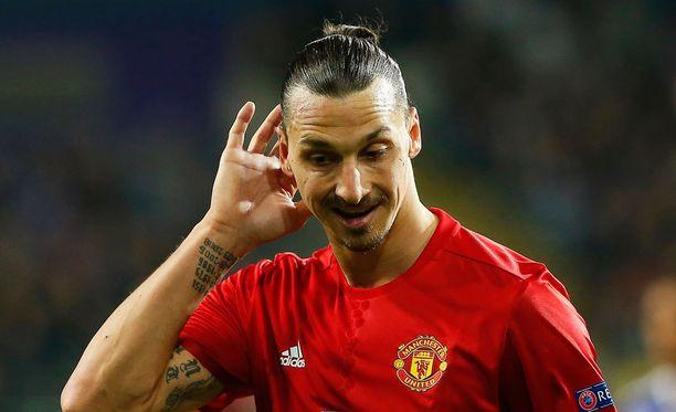 Zlatan Ibrahimovic taikoi jalkansa läpi pokaalista.