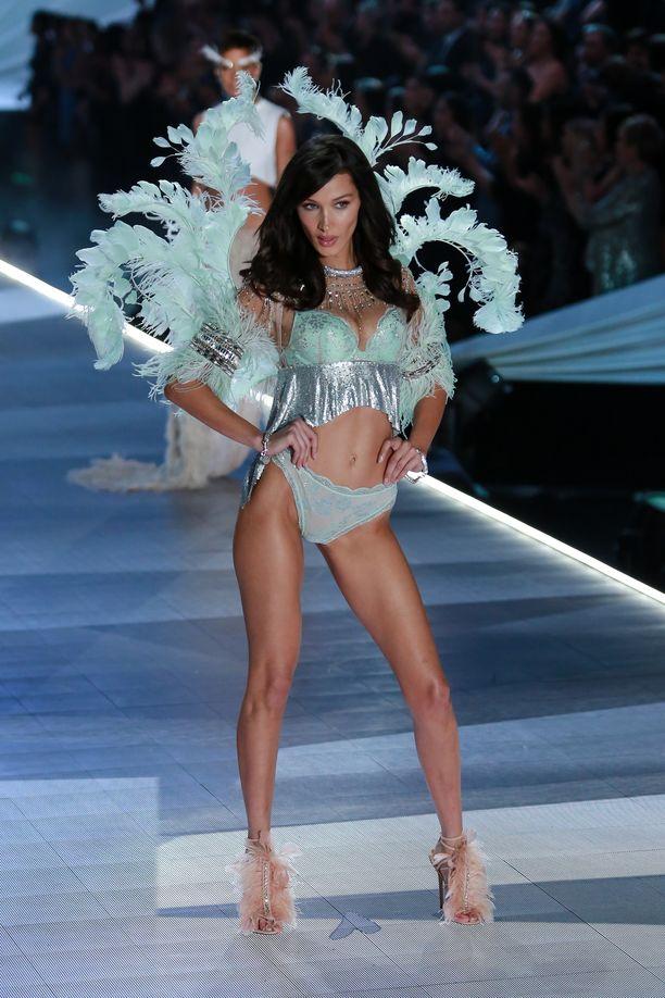 Muun muassa Bella Hadid sai kantaa Victoria's Secretille tunnusomaisia enkelinsiipiä vuoden 2018 näytöksessä. Siivet ovat olleet vuodesta toiseen mitä erikoisempia.