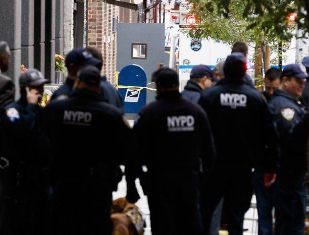 Poliisit työskentelivät perjantaina New Yorkissa postikeskuksessa, josta toinen epäilyttävistä paketeista löytyi.