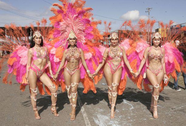 Paikalliset naiset tanssivat sambakarnevaaleissa viime keväänä.