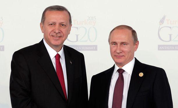Erdogan kiitti Putinia tapaamisen aluksi siitä, että tämä järjesti presidenttien välisen tapaamisen ja oli sitä mieltä, että maiden väliset suhteet ovat lämpenemässä.