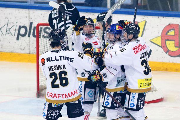 Tuukka Tieksola sinisessä kypärässään on onnittelujen keskipisteenä. Muut juhlivat kärpät ovat Shaun Heshka (vas.), Aku Räty ja Jussi Jokinen.