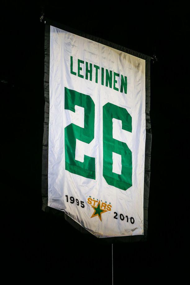 Jere Lehtisen pelipaita roikkuu nyt Dallas Starsin kotihallin katossa.