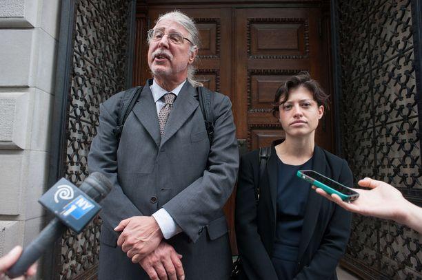 Asianajaja Ron Kuby (vas.) on auttanut useita oikeusmurhan uhriksi joutuneita henkilöitä ulos vankilasta.