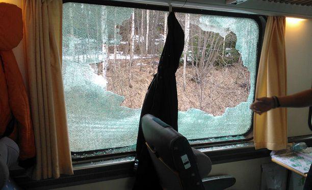 Rikkoutuneen ikkunan vieressä istui nuori mies joka loukkaantui.