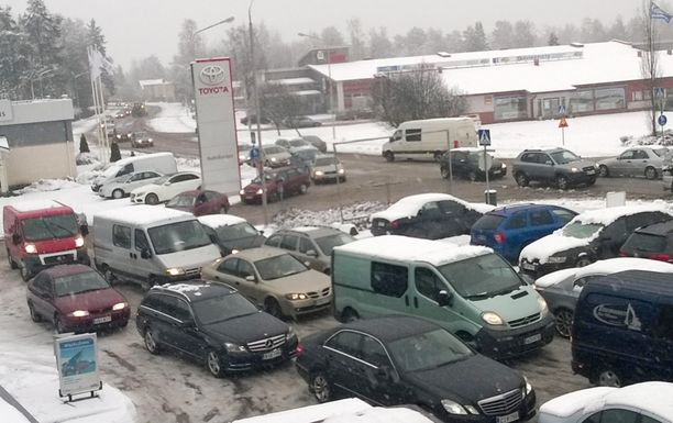 Hintakilpailu laski bensan hintaa niin että asiakkaita riitti ST1:llä ruuhkaksi asti.